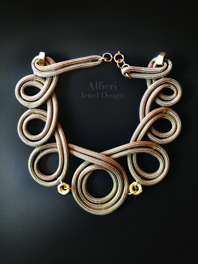 collana in corda color oro