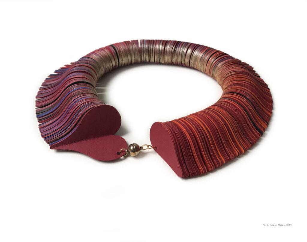 Gioiello di carta collana girocollo con cuori, gioiello d'artista, gioiello contemporaneo